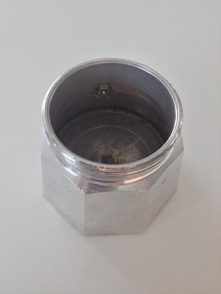 Rellenar con agua fría hasta el agujero (la válvula de liberación de presión).