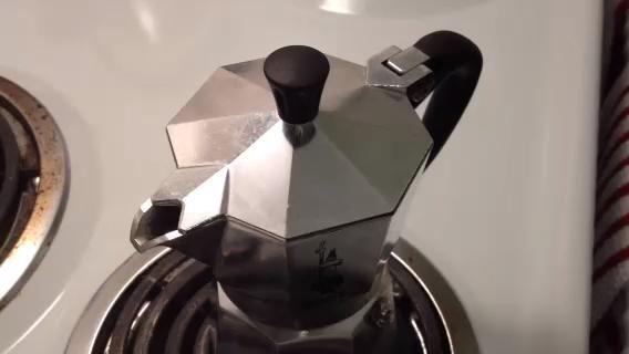 Cuando el agua todo se ha aspirado y filtrado a través del café que hará un sonido divertido como este. Eso's when it's ready.