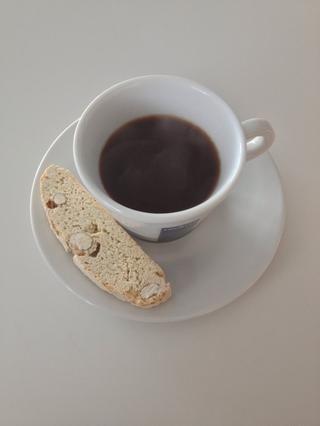 Servir en una taza de café espresso elegante con biscotti -) Si usted prefiere un Americano o Largo Negro, hervir un poco de agua y dejar que se enfríe un poco y luego añadir al café. Me parece medio café, media agua es buena.