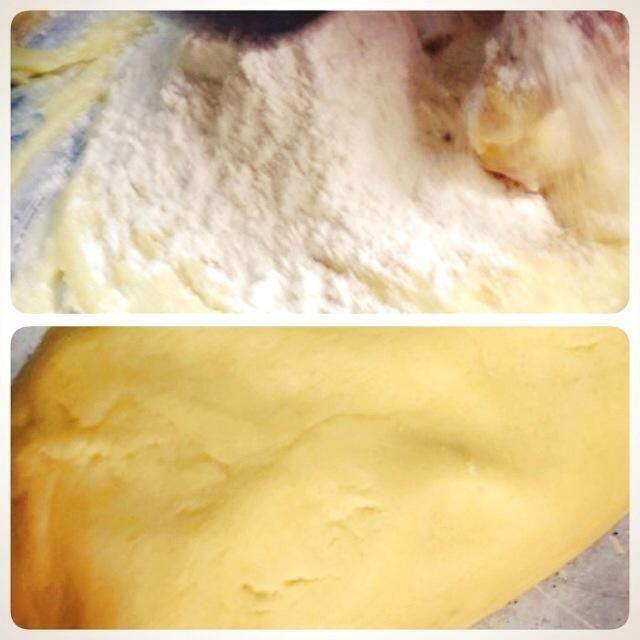 Ponga 1,1 / 2 taza de harina al principio y luego mezclar. Ponga más harina a la masa hasta que no se pegue.
