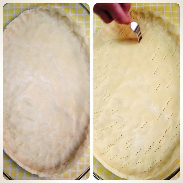 Distribuir la masa y luego hacer agujeros con el tenedor. Hasta que la masa no se hincha. Póngalo en el horno de 15 a 20 minutos.
