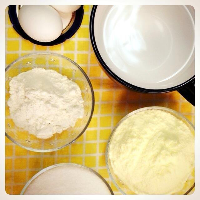 2 huevos, 3 cucharadas de harina, 10 cucharadas de leche en polvo, azúcar 1 taza, 2 taza de agua.