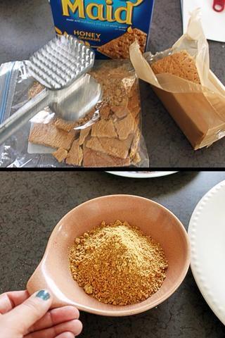 A continuación, obtener la galleta relleno listo y aplastarlos en un recipiente o en una bolsa de galón congelador. Migas deben ser muy bien.