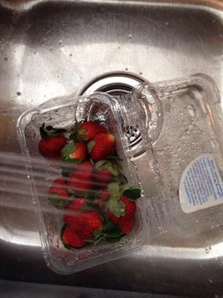 Enjuague sus fresas quitan los tallos y seque.