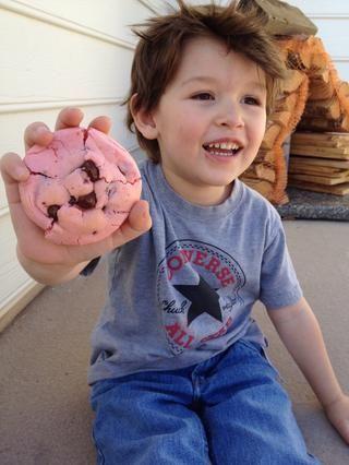 Mi hermano pequeño estaba muy feliz de estar comiendo una de las galletas que él ayudó a hacer. ??????
