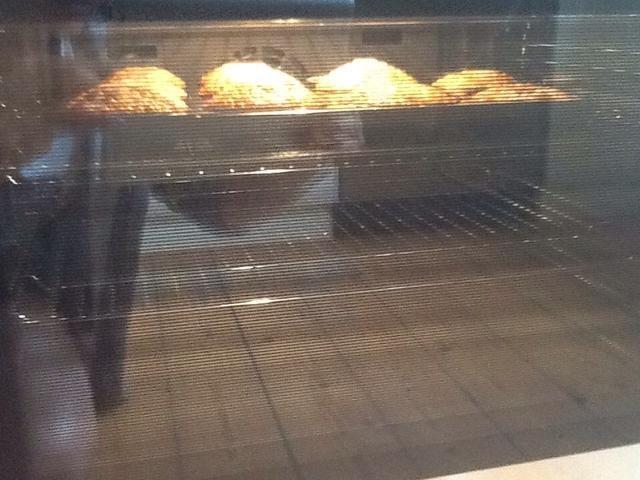 Poner los bizcochos en el horno mantenerlos allí durante 15-20 minutos o hasta que estén cocidas en el interior