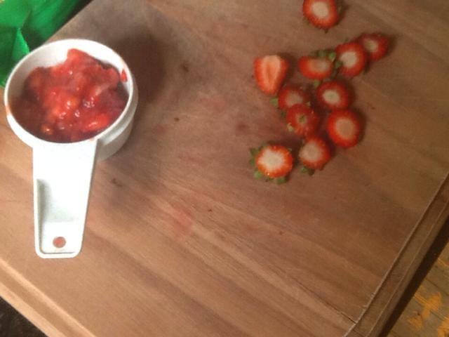Usted debe tener alrededor de un tercio de una taza de fresas mezcladas
