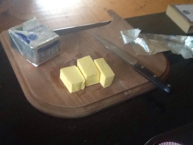 Pesar 150 g de mantequilla y luego fundirlo en un líquido
