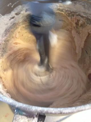 Añadir 1/3 de la mezcla de harina, y un tercio de la mezcla de fresa.