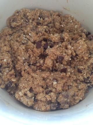 Consigo cualquier mezcla de galletas (I'm using Oatmeal Chocolate Chip from Betty Crocker) and follow the simple directions there.