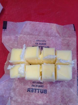 Cortar su mantequilla en trozos.
