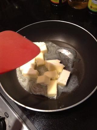El fuego medio, derrita la mantequilla. Usted quiere que su marrón mantequilla. Marrón hasta que vea manchas marrones en la parte inferior de la cacerola. unos 7 minutos. Cuando marrón, transferir en el plato y frío en la nevera durante 1 hora.