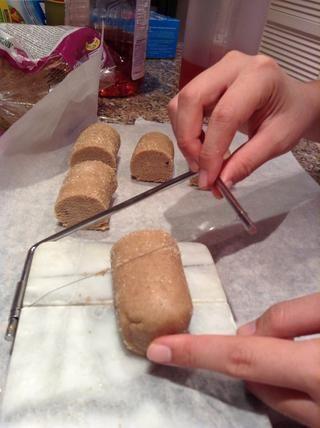 Después de 1 hora, uso de hilo o alambre cortador de queso para cortar piezas. Yo era capaz de cortar 25 piezas pero 24 lo haría've been ideal.