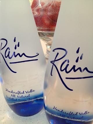 Añadir dos botellas de vodka. Me gusta la buena vodka, porque aparte de ser suave, que no promueve los dolores de cabeza. :)