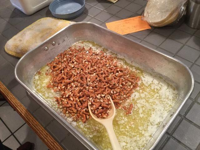 Añadir media taza de pretzels triturados.