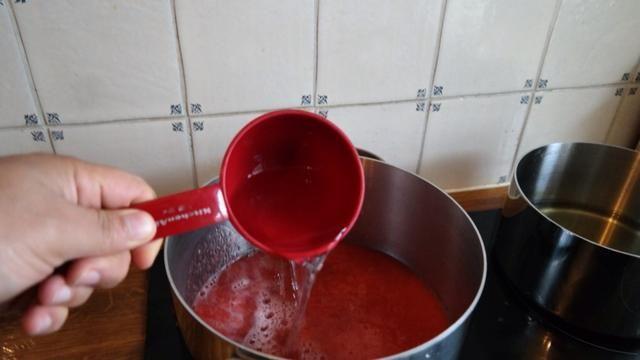 En una olla hervir la ralladura de limón medio de 2 limones, 3 tazas de agua y el puré de fresas. Heat el mediano y cocine a fuego lento durante 15 minutos. Asegúrese de que el color del puré se convierte en rosa.