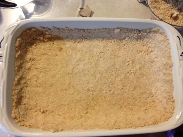 Sacar 1 taza de la mezcla de corteza para el relleno posterior. Pat el resto en la parte inferior de la sartén y los lados un poco demasiado. Hornee en 350 • horno durante 10 minutos