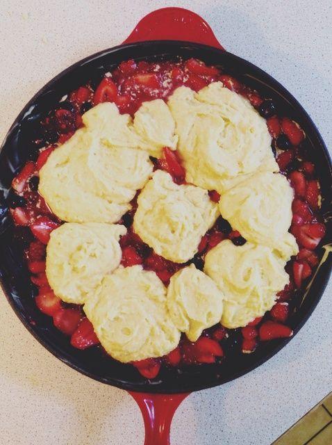 Cómo hacer Strawberry Shortcake Skillet Cobbler Receta