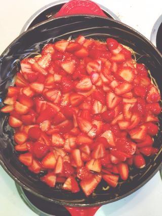Traslado fresas y todos los jugos en una sartén con mantequilla.