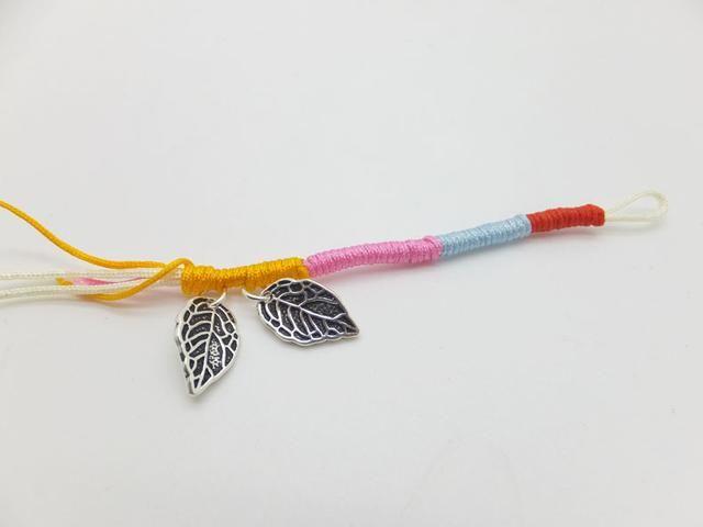 Una vez que trenzada medio de la pulsera, agregar las hojas de la plata esterlina 925 en.