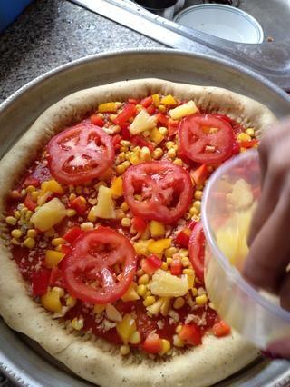 Añadir los trozos de tomate y piña en rodajas