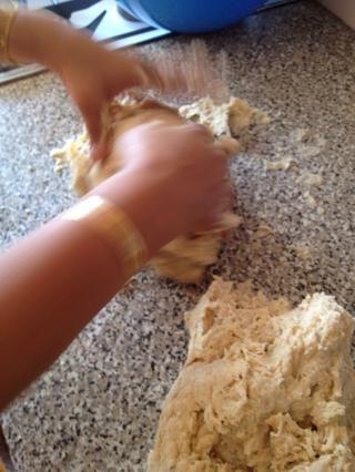 Ponga la mezcla en una limpia y harina espolvoreada superficie y crea una masa firme, agregar la harina si es demasiado pegajosa o añadir un agua tibia lil si es demasiado seco.