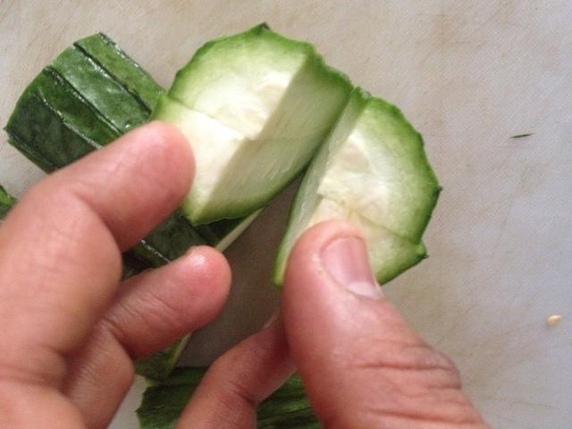 Cortar la calabaza en 4 trozos y corta entonces como se muestra para rellenar el masala
