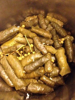 Cocine durante aproximadamente 2 horas a fuego lento o hasta que el arroz dentro de las hojas es suave