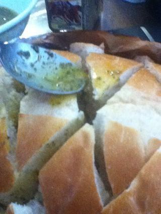 Después de mezclar, ponerlos en las grietas del pan. Ponga poco a poco por lo que cuando usted tiene suficiente izquierda, usted puede regresar y llenar más en las grietas.