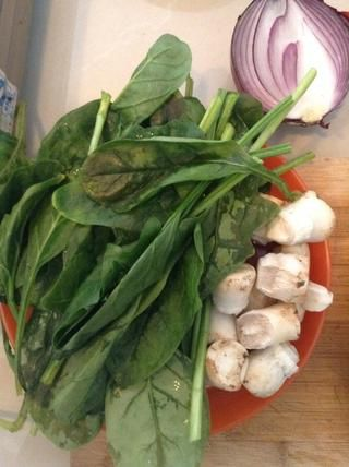 lo de las hojas feas. así que's getting chopped up, so worry not. chop up an onion, the mushroom stems and spinach.