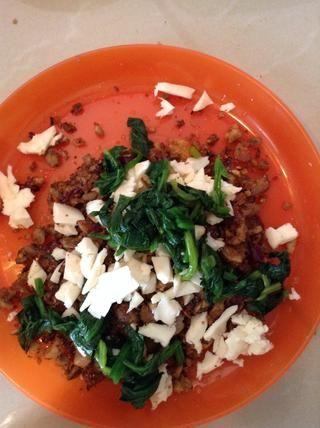 espinacas chapuzón deja en agua caliente durante un minuto (lo siento no hay imagen: /). picar las hojas y cortar el queso / rejilla en la cebolla revuelo frito + tallos de setas