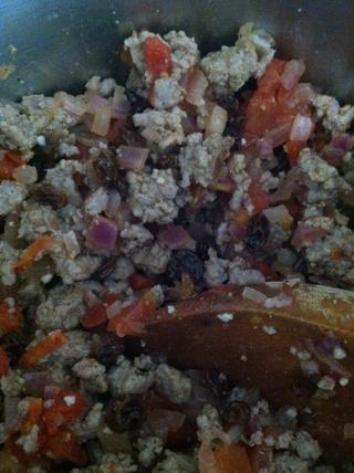 Una vez que la carne de pavo molida se hace, incorporar eso en el otro platillo como se muestra.