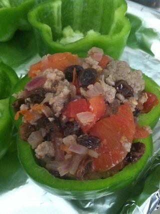 Añadir el relleno de los pimientos verdes. Luego colocarlo en el horno, a 350 F por 30 minutos.