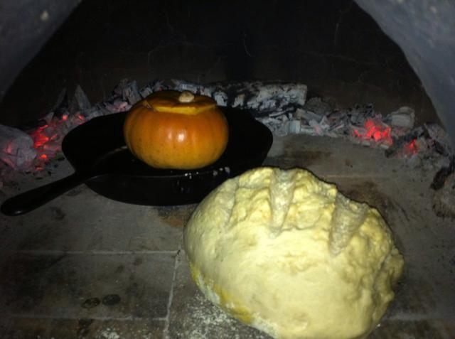 Añadir el relleno de calabaza y lugar de calabaza en una sartén de hierro fundido. Usted puede empujar carbones a los lados de la mazorca de horno o eliminarlos antes de cocinar. Ponga la calabaza y otros productos horneados (como el pan) en el horno.