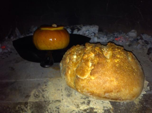 Inserte la madera empapada en agua puerta del horno para ayudar a mantener en y incluso fuera de calor. Después de unos 7-10 minutos el pan está hecho. Nuestra calabaza tomó unos 15-20 minutos. Ello's done when stuffing is firm & skin is caramelized.