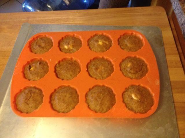 Cocine a 300 grados durante 40-50 minutos o hasta que al insertar un palillo, éste salga limpio. (Muffins no suben tanto como no hay harina en la receta)