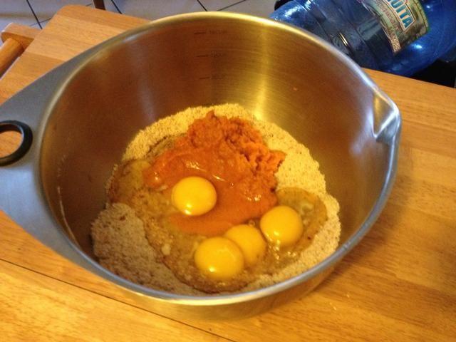 Agregar los huevos y la calabaza