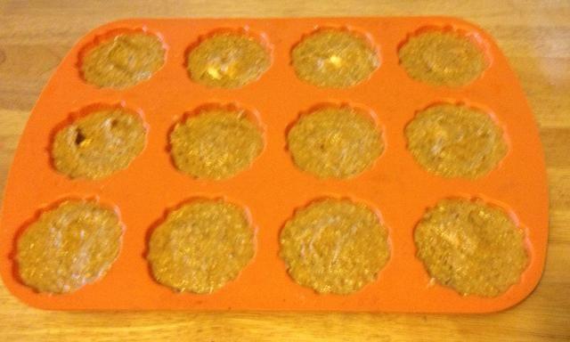 Una vez que todos los molletes se rellenan, la caída cacerola en contra de distribuir uniformemente la masa y hacer que el nivel magdalenas.
