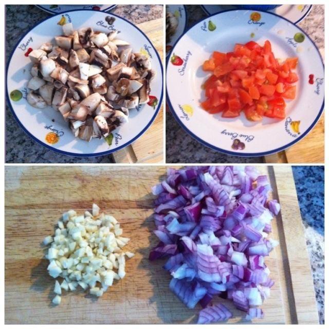 Cortar los champiñones y los tomates en cubos. Dados el ajo y la cebolla.