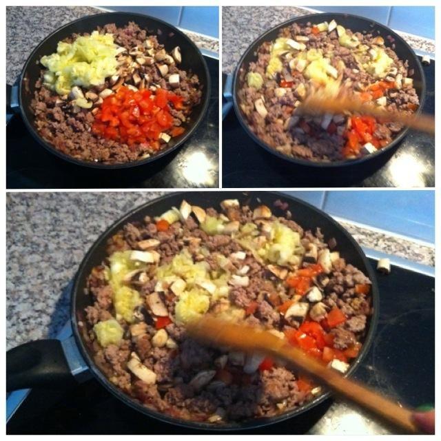 Cuando la carne picada está girando add marrón spooned calabacín, champiñones y tomates. Mantener en agitación durante unos pocos minutos.