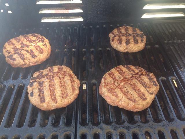 Calienta la parrilla a una temperatura máxima y tirar las empanadas en 2 minutos, y luego la vuelta. Continúe volteando y girando para que pueda obtener marcas de la parrilla en todo (que's where all the flavour is!)
