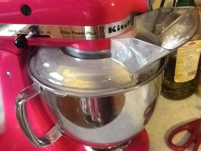 Usted necesitará una batidora eléctrica de algún tipo para este próximo paso. Poco a poco ..... muy lentamente como en 5-10 minutos, agregue el azúcar en polvo por cucharadas. No parece necesario, pero lo que realmente hace que esta chapuza!