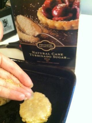 Se puede utilizar cualquier tipo de azúcar o barretas como topping. Como se puede ver, acabo de utilizar la caña de azúcar. (Mis manos se ven bastante grasosa que se formen las galletas!)