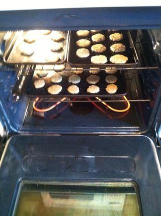 Ahora ponga esos retoños en el horno durante 6-7 minutos! Usted los quiere a cabo antes de que comiencen el pardeamiento en los bordes. Ganaron't look done, but don't worry, they will still bake on the hot cookie sheets.