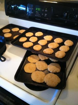 Deja las galletas a cabo para terminar la cocción. Esto se llevará a 3-5 minutos. La bandeja de horno más cercano se extendió mucho. Hice esas galletas un poco más grueso.