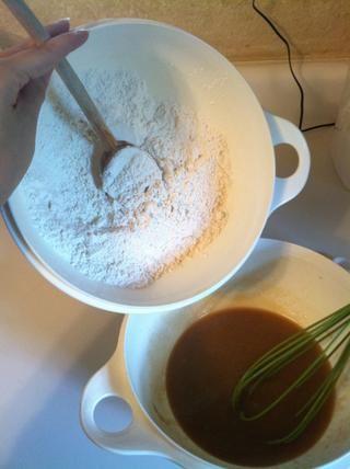 Poco a poco la mezcla de los ingredientes secos de antes.
