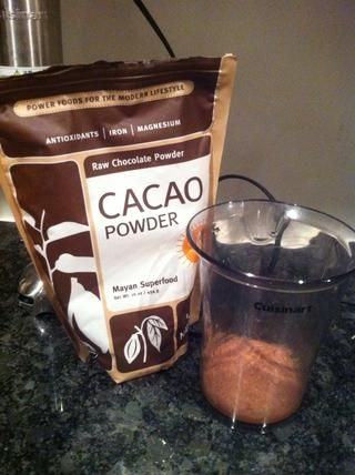 Ponga el polvo de cacao en la taza de mezcla