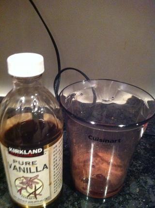 Agregar la vainilla a la mezcla de la taza