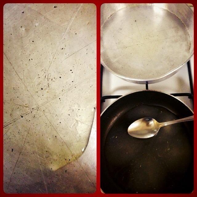 Poner el aceite en la bandeja. Luego lo puso cerca de la sartén. (Aceite de programas: El azúcar hace que sea flexible cuando se usa).