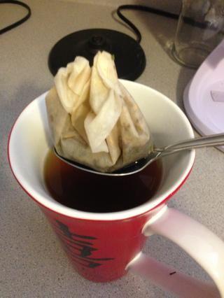 Cuando se acabe el tiempo, retire la bola de té o café de filtro de té.